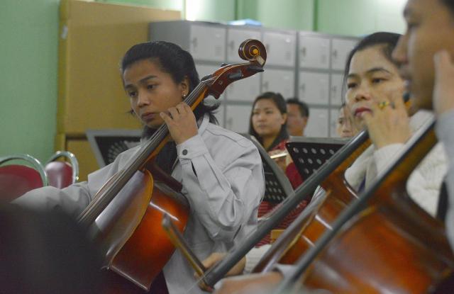 楽団に入ってクラシック楽器を初めて手にする楽団員もいる。まずは譜面の読み方から始めるという=2018年1月、ヤンゴン