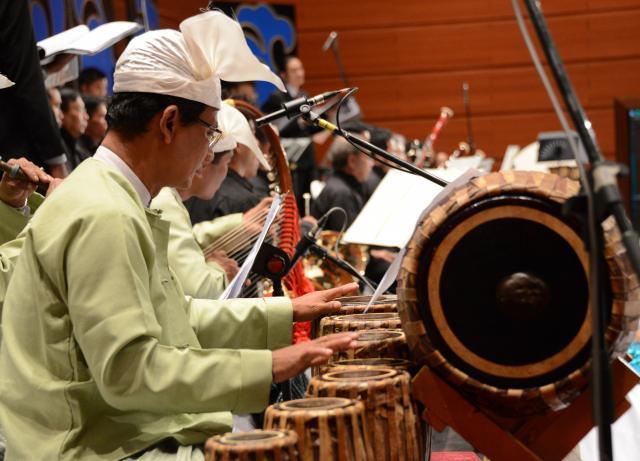 公演では、ミャンマーの伝統楽器も使われ、クラシック楽器と民謡が奏でられた=2018年2月、ネピドー