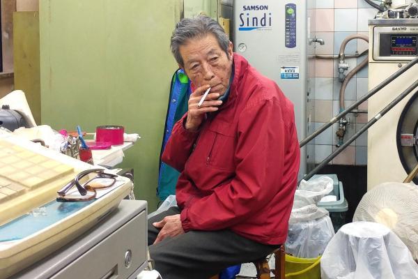 これまで吸うことができなかった仕事場で一服する古江勇雄さん
