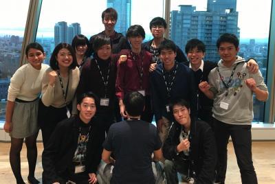 アカデミー2期生と記念写真におさまる亀山敬司会長(前列中央)