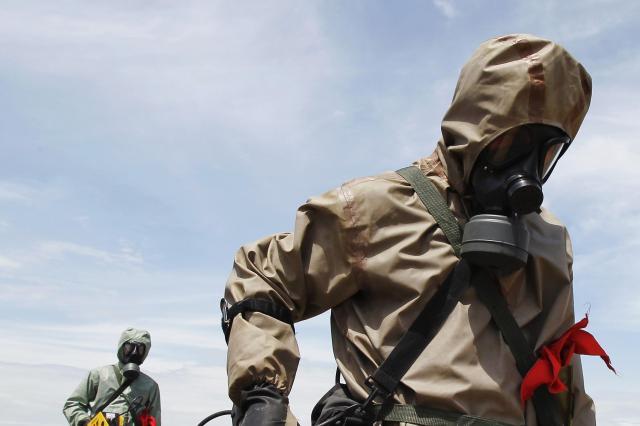 ベトナム中部ダナンの空港で、不発弾や枯れ葉剤「オレンジ剤」を検知する兵士ら。ベトナム戦争ではアメリカがダイオキシンを含む枯れ葉剤を散布し、大きな被害をもたらした=2011年6月17日