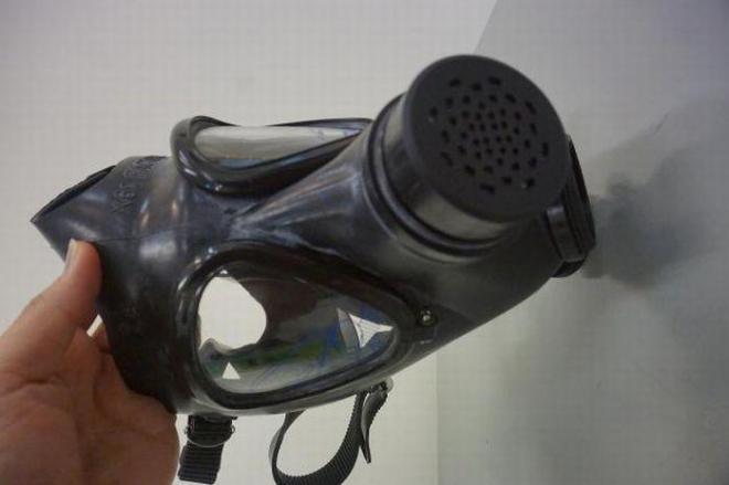 これがいまベトナムで売れているX61社製のガスマスク=鈴木暁子撮影