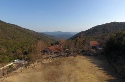 宿泊施設の跡地を利用したドローンの練習場=大阪府能勢町