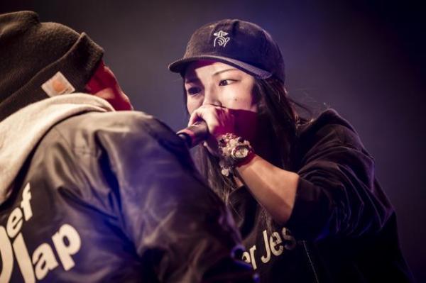 昨年12月の「ULTIMATE MC BATTLE」決勝大会で戦う椿さん(右)。当日の様子を収めたDVDが発売中=ライブラ提供