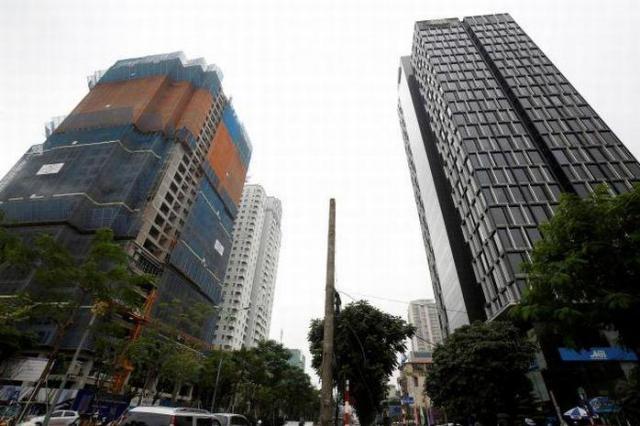ベトナムでも近年、高層ビルの建設が相次いでいる。首都ハノイで建設中のマンション=2017年11月16日