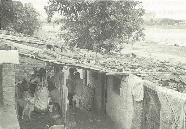 清掃労働に従事するカーストの人々の多くは河川敷などへの居住を強いられた=1991年、インド西部のアーメダバード市