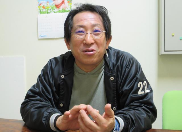 松江さんの高校時代について語る原田徹さん。