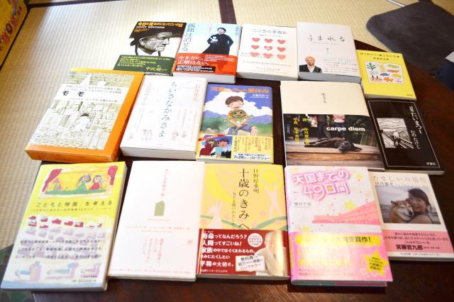 「おすすめの本は?」と尋ねると、たくさんの書籍を紹介してくれた。その中でも思い入れのあるのは「モモ」(中段左端)だそう