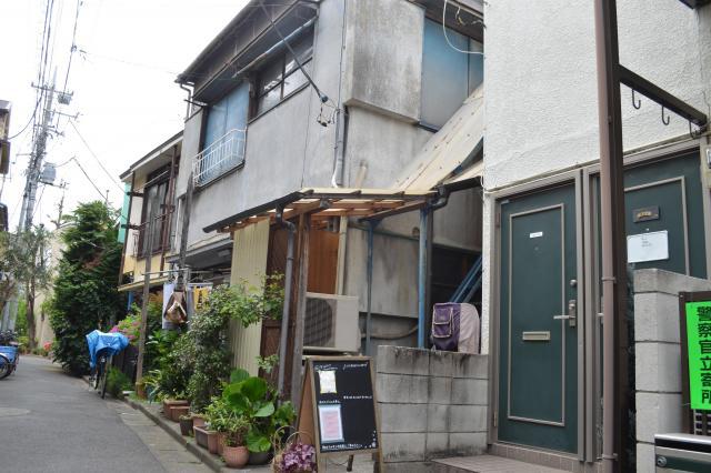 「センジュ出版」の事務所やブックカフェ入る古民家。北千住の商店街を路地に入ったところにある