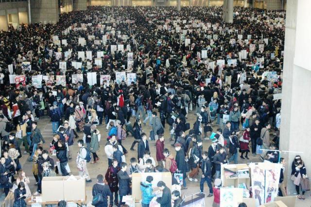 開催のたびに大勢のファンが集まる同人誌即売会「コミックマーケット」=2013年12月30日、東京都江東区
