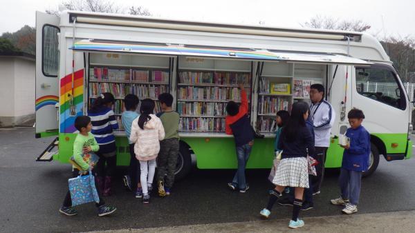 大分県豊後大野市図書館で活躍する「にじいろ号」=豊後大野市図書館提供