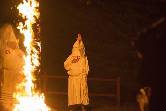 バージニア州で、十字架に火をつける白人至上主義団体KKKのメンバー=2014年10月