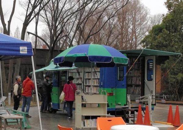植物園に横付けした大阪府豊中市立図書館の動く図書館「とよ1ぶっくる」=3月9日、豊中市立図書館提供
