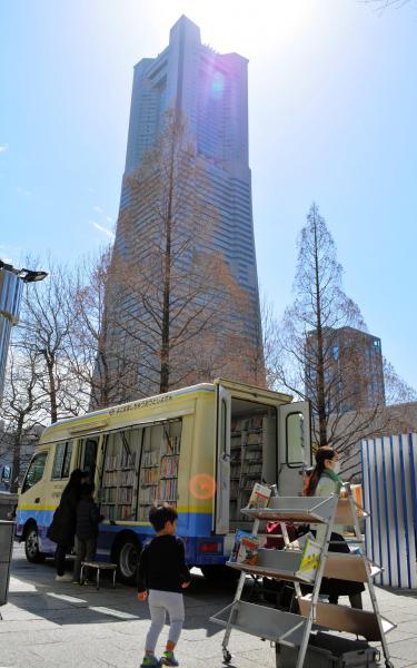 横浜市立図書館の「はまかぜ号」は、昼休みの時間帯にオフィス街にやってくる=3月23日、横浜市西区