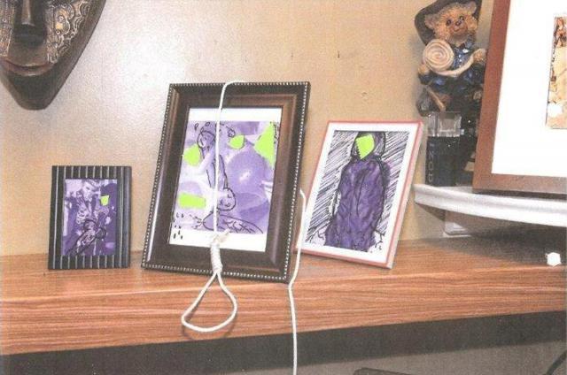 2017年11月、マイアミの消防当局が提供した写真。職員の家族写真に性的ないたずら書きとともに、縛り首の縄が置かれていた