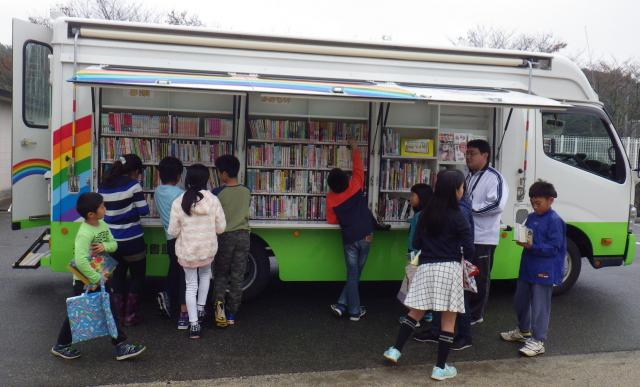 大分県豊後大野市図書館で活躍する移動図書館車「にじいろ号」=豊後大野市図書館提供