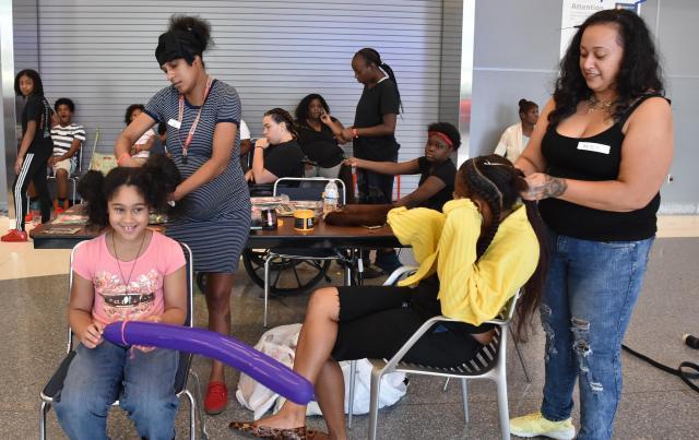 ハリケーン「ハービー」の被災者が集まる避難所に設けられた理髪所。ボランティアが運営する=2017年9月1日、ヒューストン、香取啓介撮影