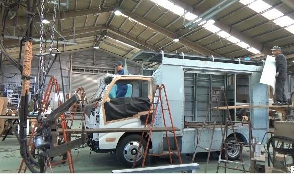 福岡県八女市立図書館に納める移動図書館車の製作風景