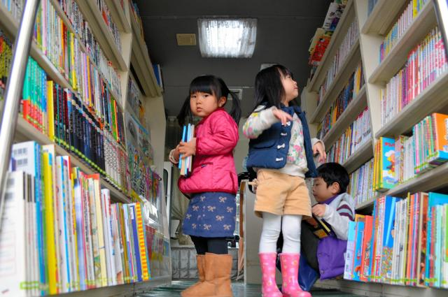 1500冊載せて団地を巡る岡山市立図書館の「あおぞら1号」は車内に入って本を選ぶことができる=3月8日、岡山市