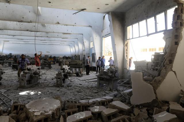 リビアのベンガジで空爆された学校=2014年6月、ロイター