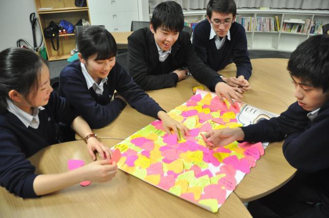 学校保護宣言に賛成した署名を貼る「がっこいっしょ隊」のメンバーたち=2018年4月、東京都江東区、軽部理人撮影