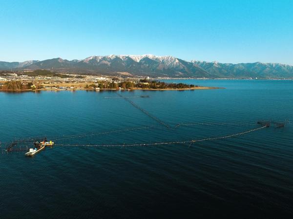 琵琶湖の伝統漁法「エリ漁」。奥は冠雪した比良山系=滋賀県大津市、矢木隆晴撮影