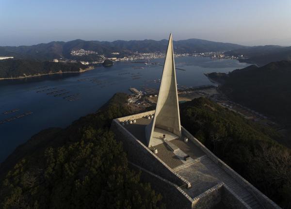 若人の広場公園の記念塔。奥は福良湾=兵庫県南淡路市、矢木隆晴撮影