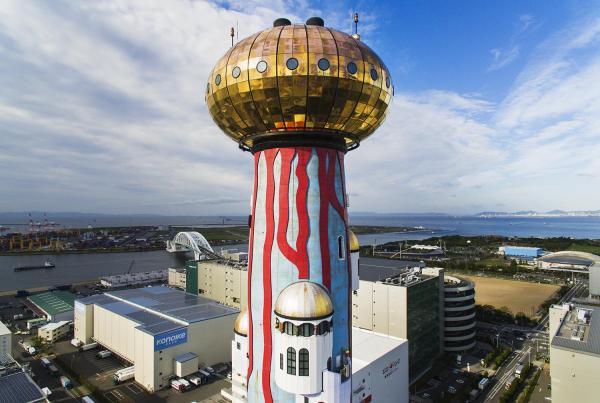 オーストリアの芸術家、フンデルトバッサー氏のデザインをもとに大阪市が建設したゴミ処理場「舞洲工場」=大阪市此花区、細川卓撮影