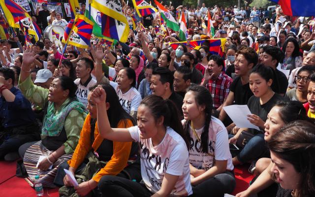 インドの首都ニューデリーで中国への抗議活動を行うチベットの人たち=2018年3月10日、奈良部健撮影