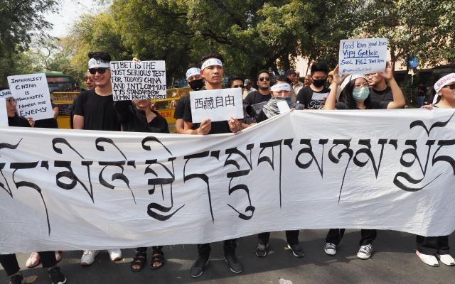 ニューデリーで中国政府に抗議するチベットの若者たち=2018年3月10日、奈良部健撮影