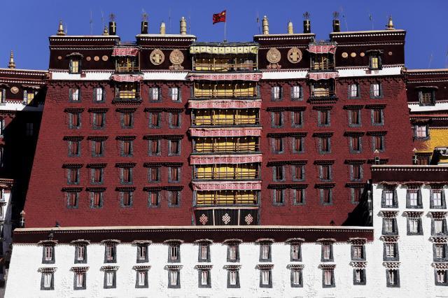 かつてダライ・ラマが住んでいたラサのポタラ宮。中国国旗がたなびく=2015年11月17日
