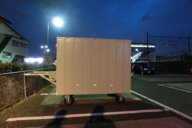 月極め駐車場に置かれたリヤカーハウス=福島県本宮市