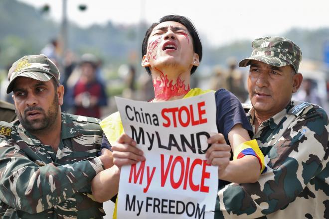 インドの首都ニューデリーで、中国政府への抗議活動中に拘束されたチベットの青年=2017年3月10日
