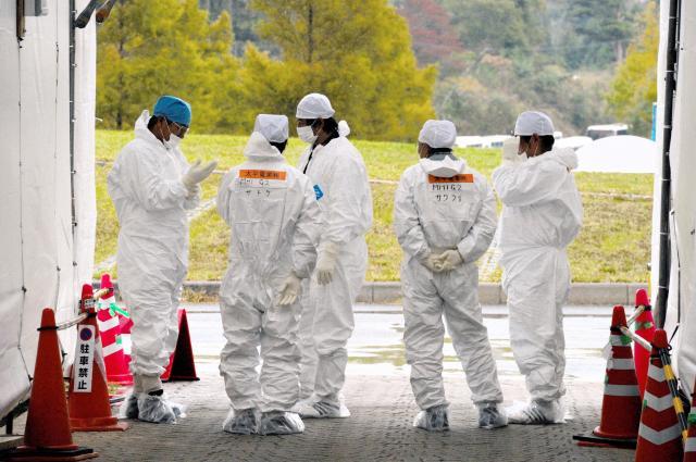 Jヴィレッジで防護服に着替え、福島第一原発に向かう車両を待つ作業員たち=2011年11月11日