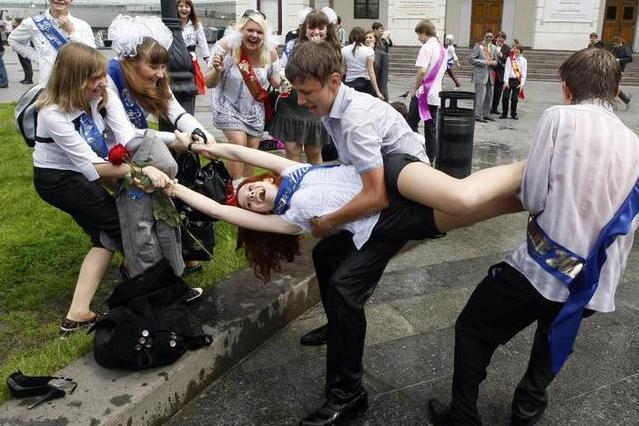 噴水へのダイブで喜びを全身で表現するウクライナの卒業生たち