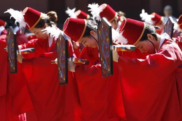 韓国の伝統衣装を着る卒業生たち