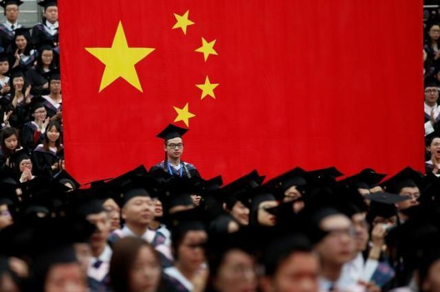 中国の復旦(ふくたん)大学の卒業生たち
