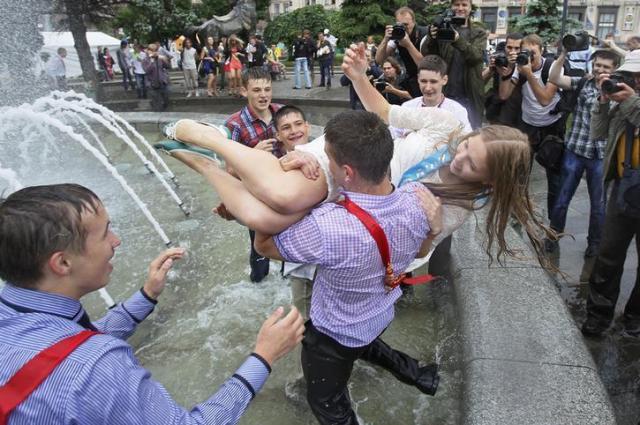 ウクライナの卒業生たち、噴水にダイブし喜びを全身で表現している