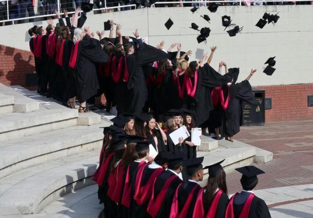 イギリスのウォーリック大学で帽子を投げる卒業生