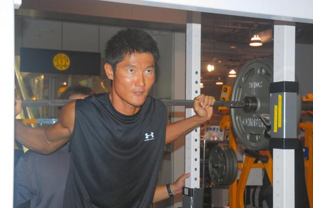 トレーニング中の朝日健太郎さん=2008年9月3日