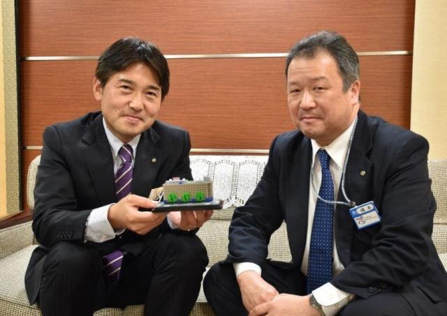 丸栄百貨店の中井亮さん(左)と橋本宜明さん。手にしているのは800分の1サイズの丸栄の模型=名古屋市中区
