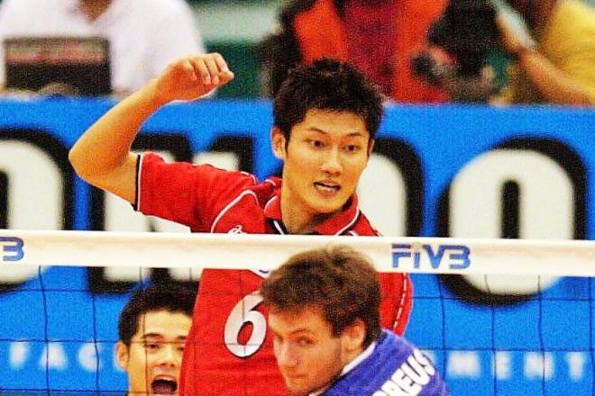 バレー日本代表時代の朝日健太郎さん。その後、ビーチバレーに転向する=2001年11月20日