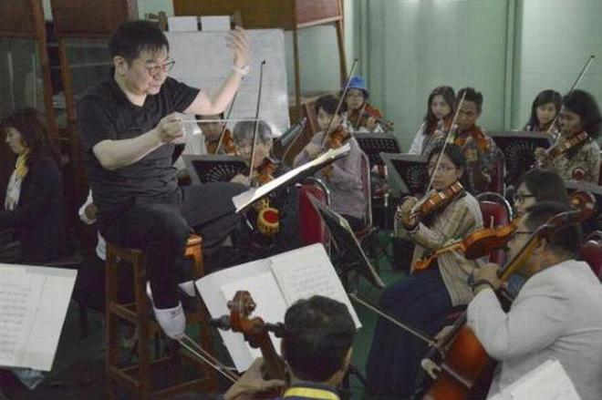 ミャンマー国立交響楽団で指揮をする山本祐ノ介さん=2018年1月、ミャンマー首都ネピドー、染田屋竜太撮影