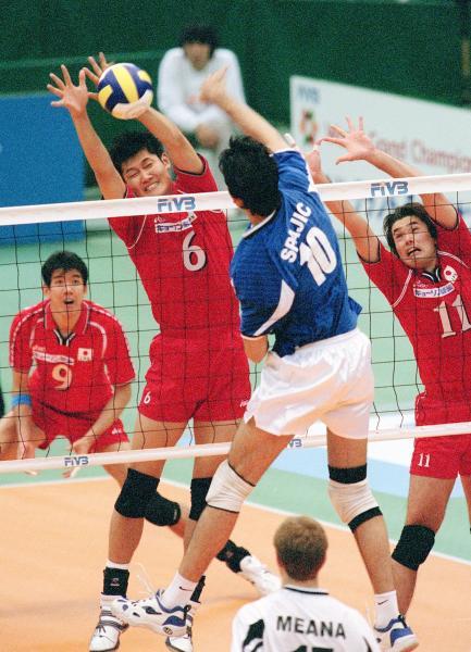 バレー日本代表時代の朝日健太郎さん=2001年11月20日