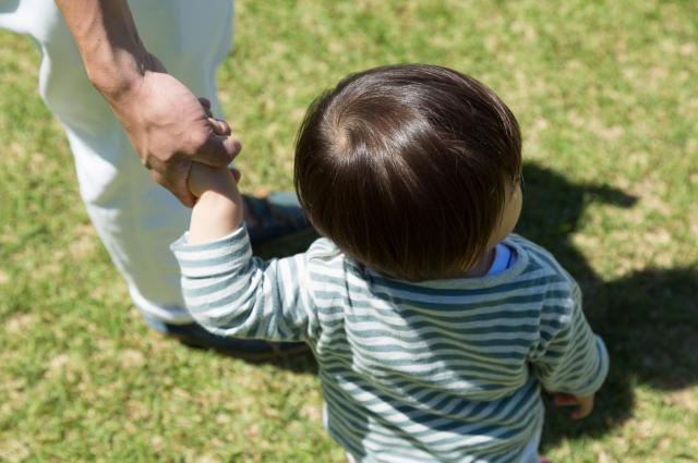 最初は散歩に連れ出すと泣かれた長男。いまは保育園の送迎に「パパ」の指名がもらえるという。「こうなるには男も1カ月は育休をとった方がいいです」(写真はイメージ)
