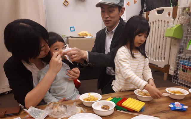 直樹さんの不動産事務所は娘の遊び場にも。仕事帰りの久美子さんが合流して夕食の舞台にもなる