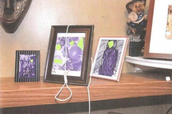 2017年11月、マイアミの消防当局が提供した写真。職員の家族写真に性的ないたずら書きとともに、縛り首の縄が置かれていた=ロイター