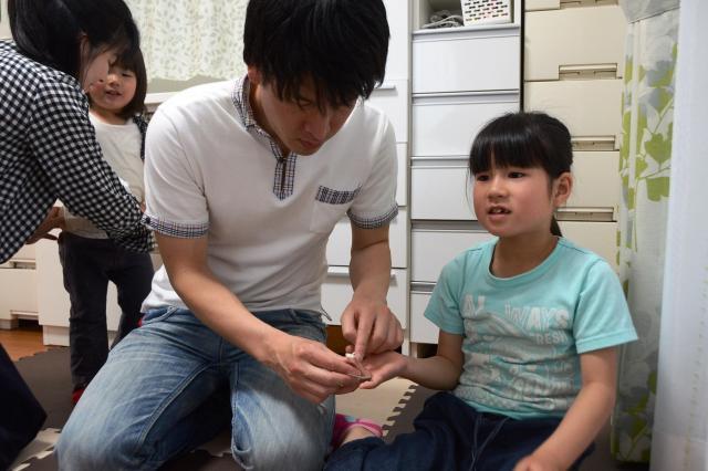 こちらでは指のけがの手当て。あちらではオムツ交換。間髪入れずに何かが起きる池田家