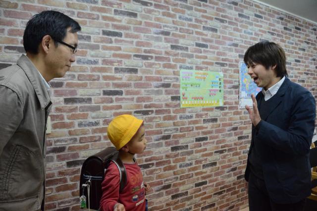 高山さん(右)の学習塾。忙しいママに代わって送迎をしているイクメンもたくさんいます