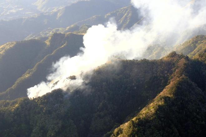 煙を上げて燃える山林火災=2017年5月5日、飯田市南信濃南和田、静岡県消防防災航空隊提供